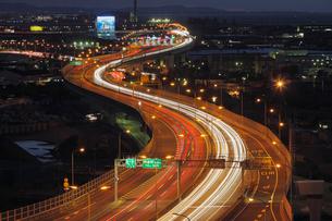 高速道路と夜景 阪神高速湾岸線の写真素材 [FYI01407735]