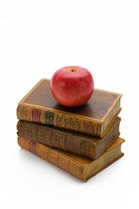 古書とりんごの写真素材 [FYI01407737]