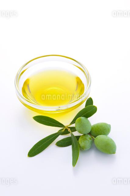 オリーブの実とオリーブオイルの写真素材 [FYI01407893]