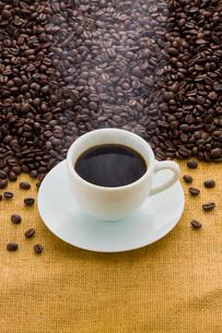 コーヒー豆とコーヒーの写真素材 [FYI01408063]