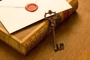 古書と鍵の写真素材 [FYI01408176]