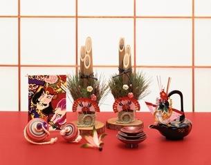 ミニ門松と駒とお屠蘇の写真素材 [FYI01408223]