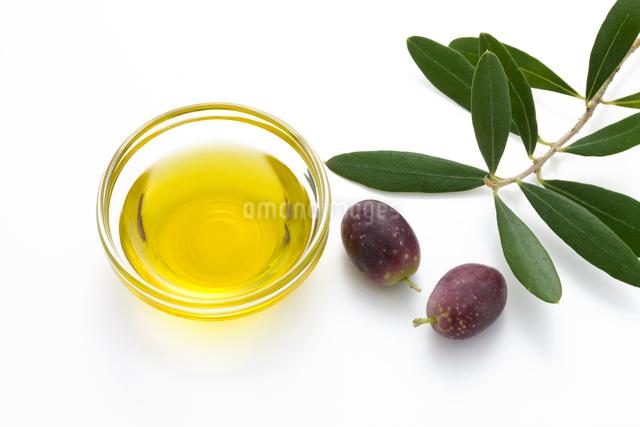 オリーブの実とオリーブオイルの写真素材 [FYI01408373]