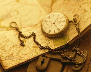トランクの上の地図と時計の写真素材 [FYI01408571]