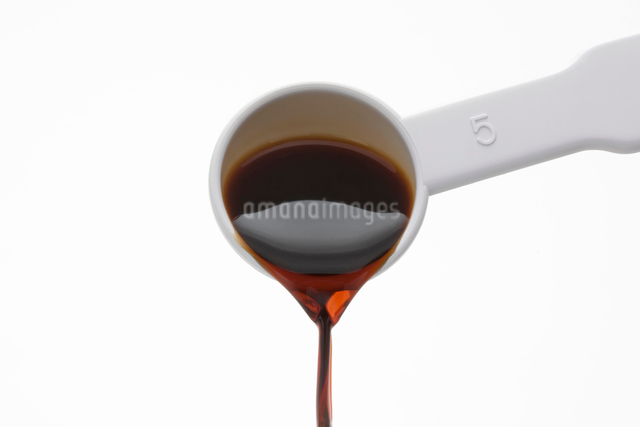 計量スプーンの醤油を注ぐの写真素材 [FYI01409251]