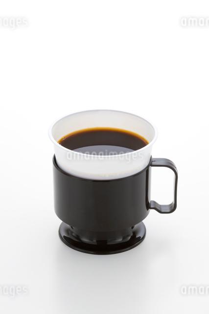 プラスチックカップとコーヒーの写真素材 [FYI01409275]