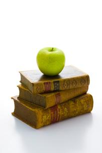 古書とりんごの写真素材 [FYI01409382]