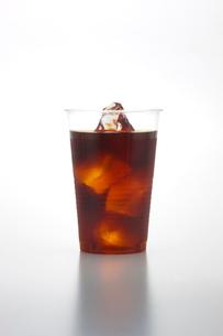 プラスチックのコップとアイスコーヒーの写真素材 [FYI01409433]