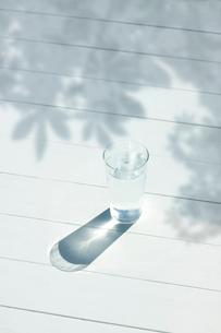 水とコップの写真素材 [FYI01409680]