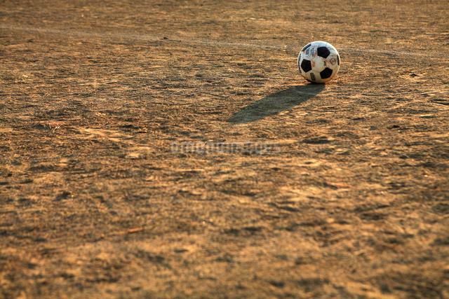 グラウンドのサッカーボールの写真素材 [FYI01409696]