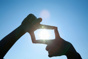 子どもの手と太陽の写真素材 [FYI01410055]