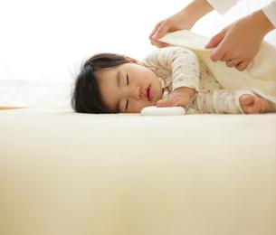 タオルケットをかけてもらう赤ちゃんの写真素材 [FYI01410058]