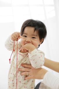 はにかむ赤ちゃんの写真素材 [FYI01410150]