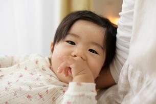 お母さんの胸に寝そべる赤ちゃんの写真素材 [FYI01410157]