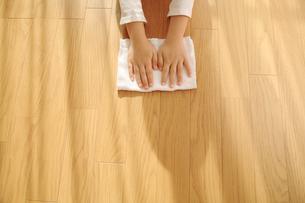 雑巾がけをする子供の手の写真素材 [FYI01410344]