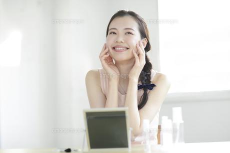 化粧をする若い女性の写真素材 [FYI01410435]