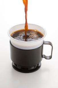 プラスチックカップとコーヒーの写真素材 [FYI01410505]