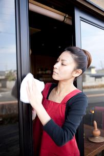 窓を拭く20代日本人女性の写真素材 [FYI01410583]
