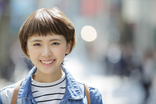 原宿を歩く若い女性の写真素材 [FYI01410622]