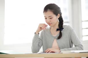 資格の勉強をする若い女性の写真素材 [FYI01410685]