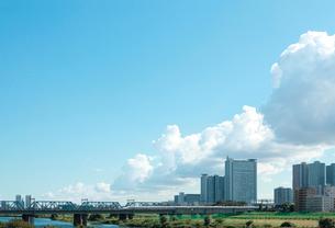 東海道新幹線と街並の写真素材 [FYI01410856]
