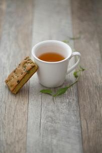 木のテーブルの上の紅茶の写真素材 [FYI01410903]