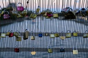 パリのポンデザール橋の南京錠の写真素材 [FYI01410932]