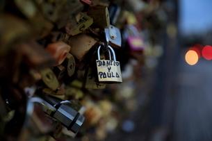 パリのポンデザール橋の南京錠の写真素材 [FYI01410963]