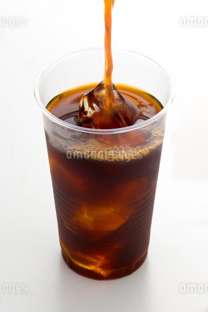プラスチックのコップとアイスコーヒーの写真素材 [FYI01411759]
