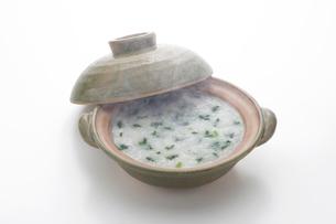 土鍋と七草がゆの写真素材 [FYI01412439]