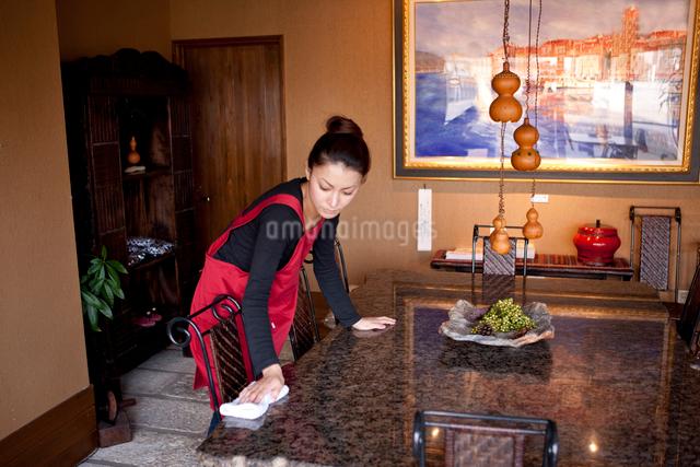 テーブルを拭くウエイトレスの写真素材 [FYI01412860]