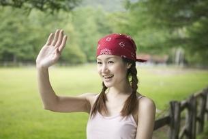 手を振るバンダナの日本人の女性の写真素材 [FYI01412879]