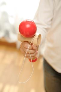 けん玉を持つ子供の手の写真素材 [FYI01412952]