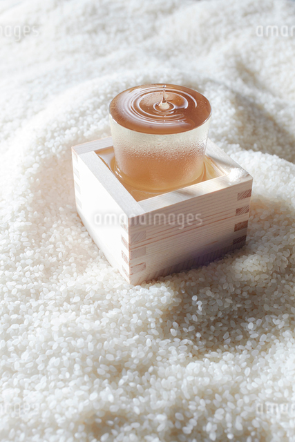 お米の上に置かれたお酒の写真素材 [FYI01413193]