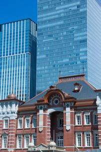 東京駅とビルの写真素材 [FYI01413324]