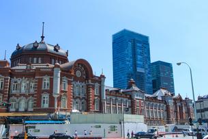 東京駅とビルの写真素材 [FYI01413325]