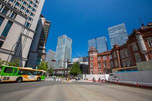 東京駅と駅前の写真素材 [FYI01413334]