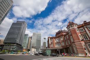 東京駅と駅前通りの写真素材 [FYI01413361]