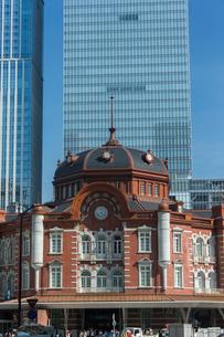 東京駅北口ドームとビルの写真素材 [FYI01413382]