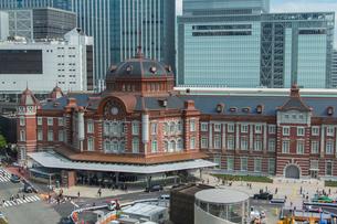 東京駅と駅前の写真素材 [FYI01413383]