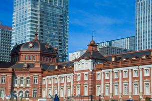 東京駅とビルの写真素材 [FYI01413384]