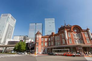 東京駅とビルの写真素材 [FYI01413400]