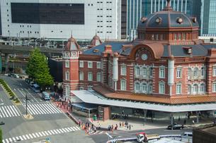 東京駅と駅前の写真素材 [FYI01413439]