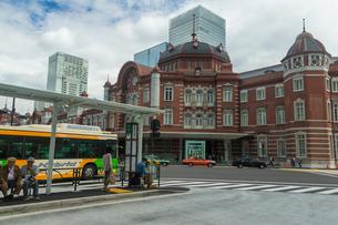 東京駅駅前とバス乗り場の写真素材 [FYI01413462]
