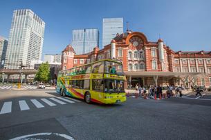 東京駅とはとバスの写真素材 [FYI01413554]