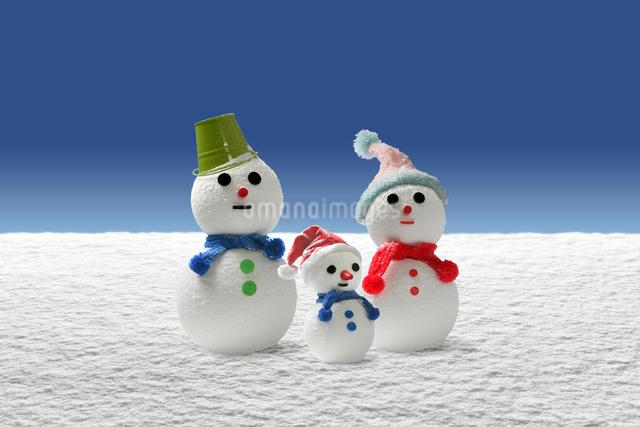 親子の雪だるま(3人)の写真素材 [FYI01413620]