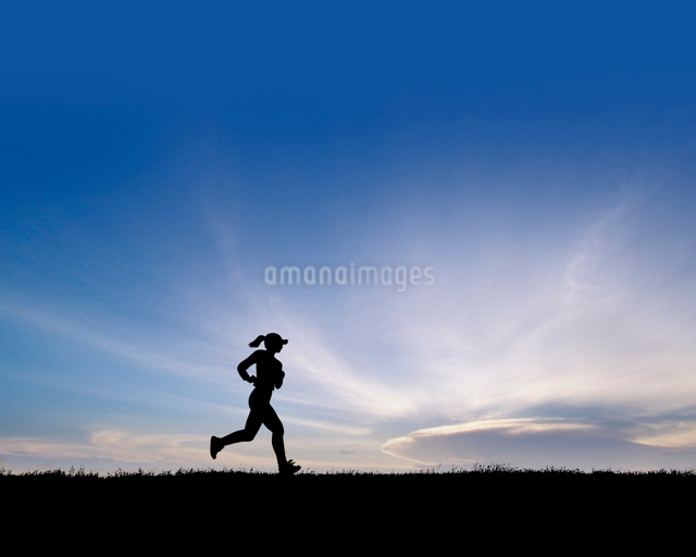ジョギングをする女性の写真素材 [FYI01413665]