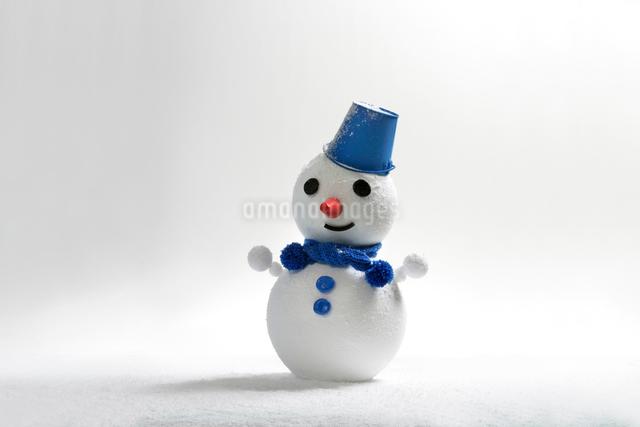 雪だるまにブルーバケツの帽子(白バック)の写真素材 [FYI01413672]