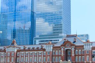 東京駅とビルの写真素材 [FYI01413685]
