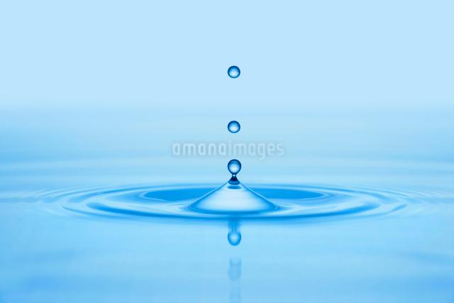 水滴と波紋の写真素材 [FYI01413818]